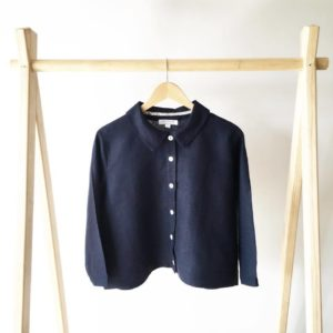 The cropped shirt in navy